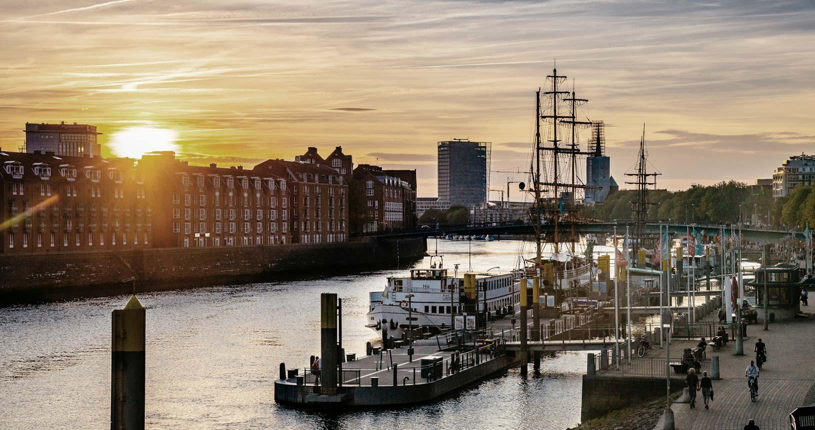 Blick auf die Teerhofinsel an der Weser mit historischem Segler
